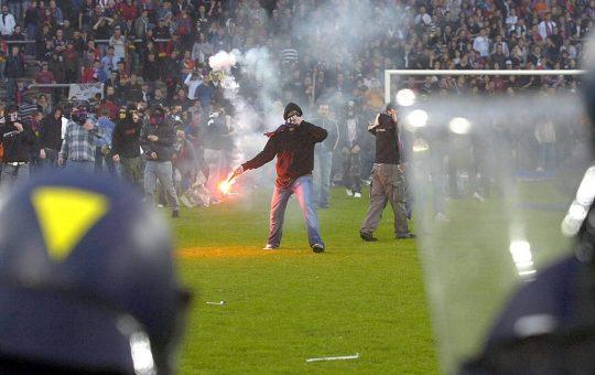 """15 лет назад швейцарцы нарушили свое знаменитое правило сохранять нейтралитет и подрались на стадионе """"Базеля"""""""